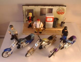 Micro Icons 4 Bikers Figures w 3 Choppers Gas Station Diorama 1 32