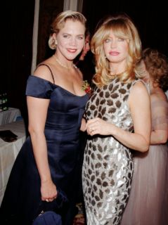 Actresses Kathleen Turner and Goldie Hawn Premium Photographic Print