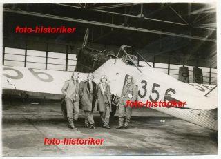 Piloten vor Flugzeug Junkers Ju A35 Kennung D 356 in Hangar ++