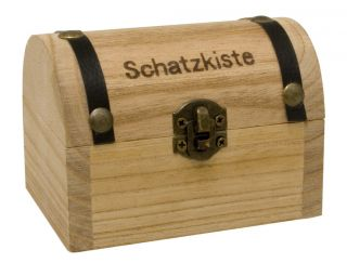 Kleine Schatzkiste aus Holz gefüllt mit Katzengold (Pyritgranulat